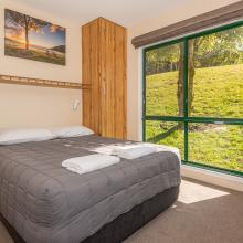 Rotorua's Blue Lake TOP 10 - Ensuite Jayco Cabins Bedroom